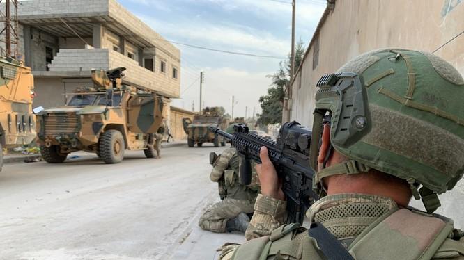 Binh sĩ Thổ Nhĩ Kỳ đóng tại thị trấn biên giới Tal Abyad của Syria (Ảnh: RT)