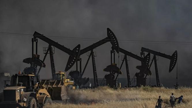 Chiến sự diễn ra giữa IS và SDF tại mỏ dầu ở Al-Qahtaniyah, tỉnh Hasakah, Syria hồi tháng 6 vừa qua (Ảnh: Newsweek)