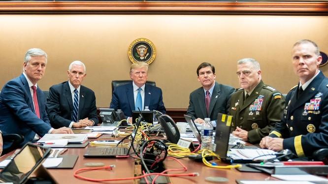 Tổng thống Trump cùng nhiều quan chức, tướng lĩnh cấp cao theo dõi cuộc đột kích thủ lĩnh IS trong Phòng Tình huống (Ảnh: Twitter)