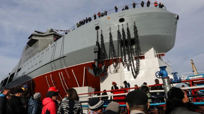 Tàu phá băng đa nhiệm Ivan Papanin mà hải quân Nga mới trình làng (Ảnh: Moscow Times)