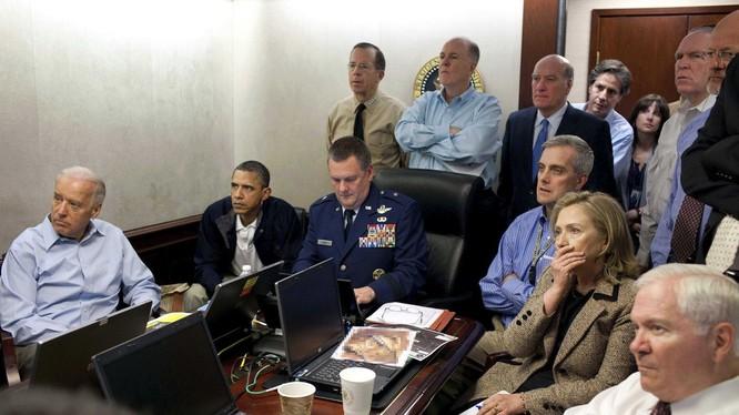 Hình ảnh Tổng thống Obama cùng các quan chức cấp cao theo dõi cuộc đột kích trùm khủng bố trong Phòng Tình huống ngày 1/5/2011 (Ảnh: Washington Post)