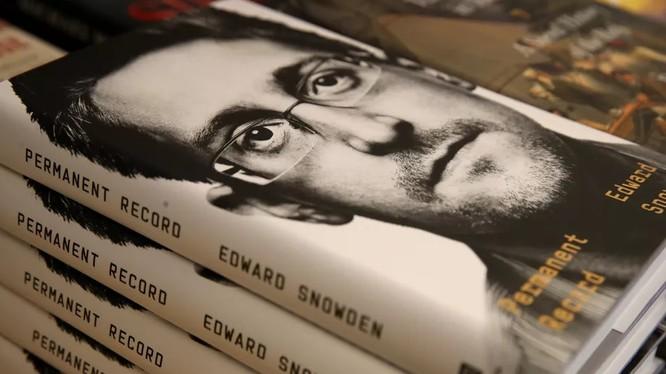 """Cựu nhân viên CIA, """"người thổi còi"""" Edward Snowden công kích các tập đoàn công nghệ lớn trong lúc giới thiệu cuốn sách mới xuất bản (Ảnh: Vox)"""