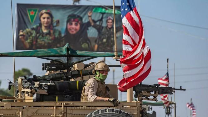 Binh sĩ Mỹ tuần tra khu vực gần biên giới với Thổ Nhĩ Kỳ ngày 31/10 (Ảnh: Newsweek)