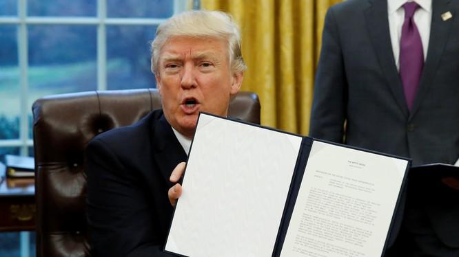 Ông Trump giơ cao sắc lệnh kèm chữ ký của mình về việc rút Mỹ khỏi TPP hồi tháng 1/2017 (Ảnh: Nikkei)