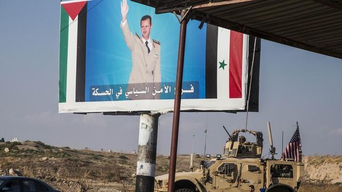 Đoàn xe quân sự của Mỹ di chuyển qua Qamishli, miền Bắc Syria vào ngày 26/10 vừa qua (Ảnh: AP)