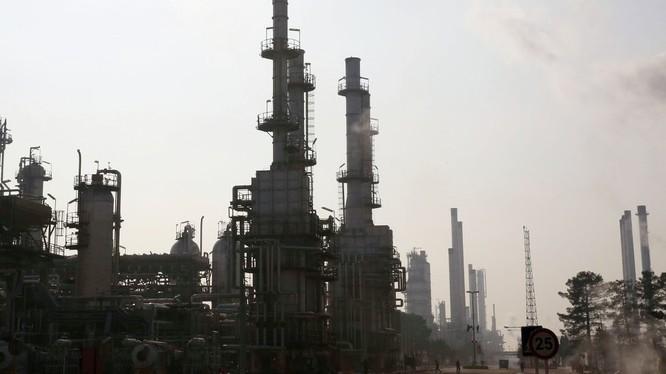 Ngành công nghiệp năng lượng của Iran đang chịu sức ép lớn từ các đòn trừng phạt của Mỹ (Ảnh: Sputnik)