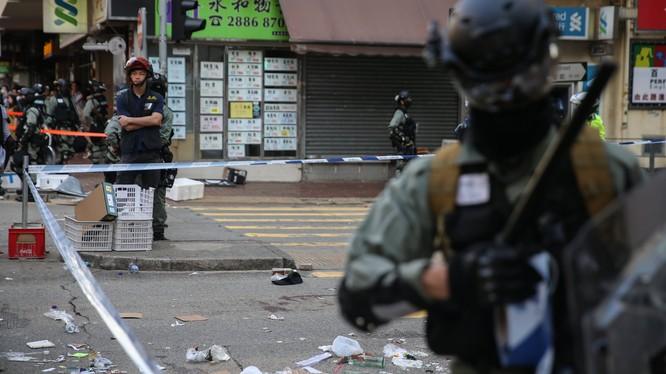 Tình trạng biểu tình ở Hong Kong diễn biến phức tạp ngay trong hôm đầu tuần (Ảnh: Guardian)