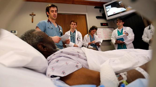 Ở Mỹ, sinh viên thực tập ngành y tại một bệnh viện, hay bác sĩ nội trú, là nghề được trọng dụng và được trả lương cao (Ảnh: The Nation)