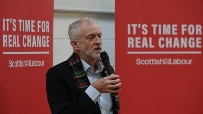Lãnh đạo Công đảng đối lập Anh Jeremy Corbyn hứng chỉ trích kịch liệt (Ảnh: Reuters)