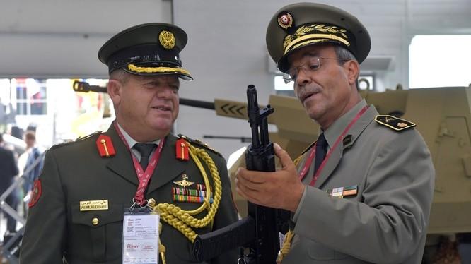 Các quan chức quốc phòng Nga cầm trên tay mẫu AK mới nhất (Ảnh: RT)