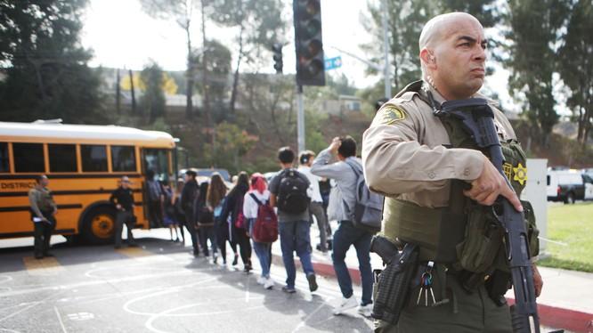 Cảnh sát sơ tán các em học sinh khỏi hiện trường sau khi vụ xả súng xảy ra (Ảnh: CNN)