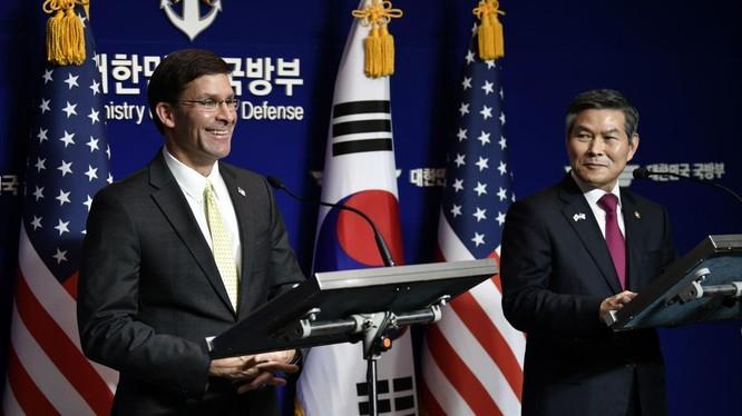 Bộ trưởng Quốc phòng Mỹ Mark Esper cùng người đồng cấp Hàn Quốc Jeong Kyeong-doo trong cuộc họp báo chung ngày 17/11 (Ảnh: Reuters)