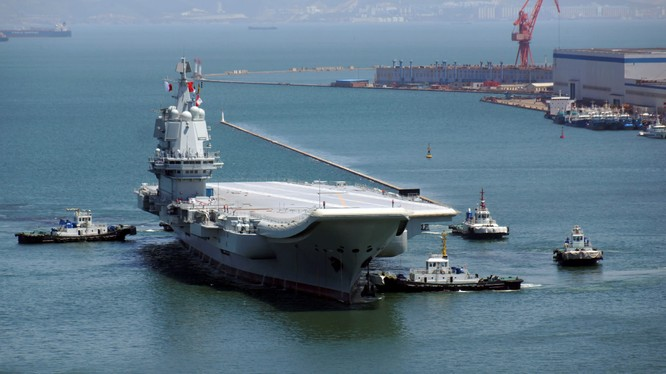 Hàng không mẫu hạm chưa đặt tên của Trung Quốc tại cảng Đại Liên (Ảnh: FT)