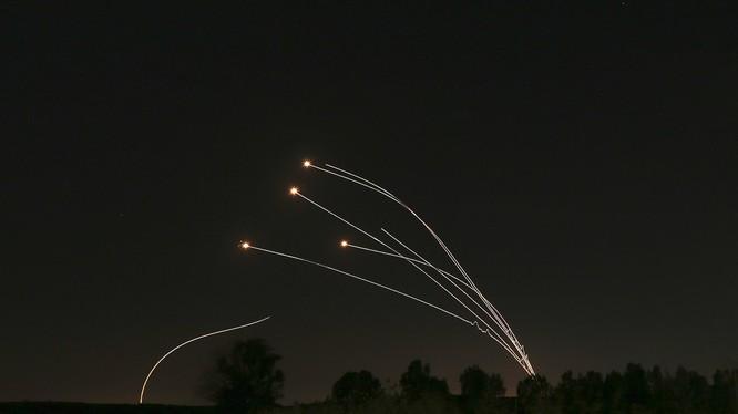 Hệ thống Vòm Sắt của Israel đánh chặn các rocket phóng từ Dải Gaza gần Sderot, Israel hồi tháng 5 năm nay (Ảnh: AP)