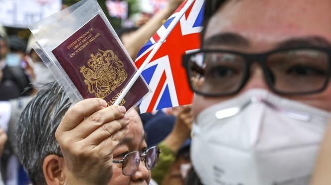 Hàng trăm người đã kéo đến lãnh sự quán Anh tại Hong Kong để kêu gọi nâng cấp quyền cư trú cho hộ chiếu BNO (Ảnh: SCMP)