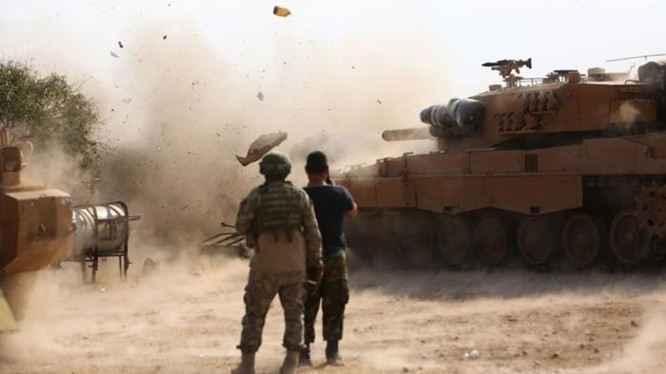 Binh sĩ Thổ Nhĩ Kỳ tại một vị trí ở phía Đông thị trấn Ra's al-Ayn, bên cạnh một chiếc xe tăng đang bắn vào các vị trí do SDF nắm giữ vào ngày 28/10/2019 (Ảnh: PressTV)