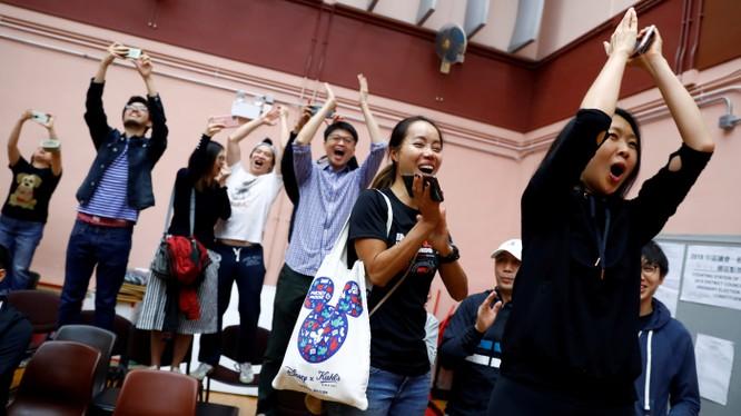 Người dân Hong Kong vui mừng trước kết quả bầu cử (Ảnh: Nikkei)