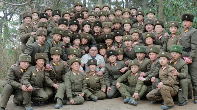 Ông Kim Jong-un cùng các binh sĩ tiền phương (Ảnh: KCNA)