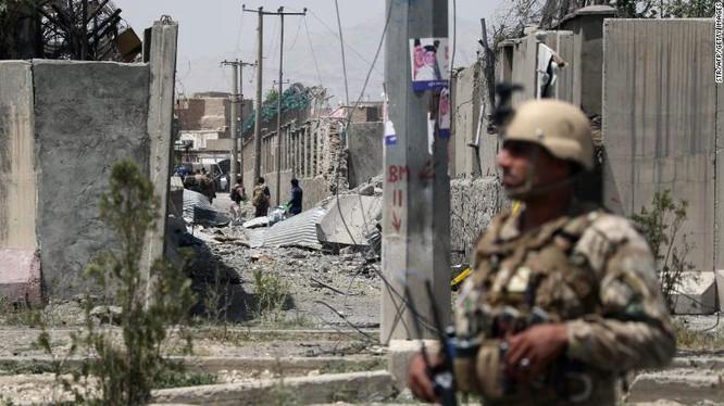 Lính gác canh giữ hiện trường vụ tấn công của Taliban nhắm vào trụ sở cảnh sát quận 6 ở thủ đô Kabul, Afghanistan hồi tháng 8/2019 (Ảnh: CNN)