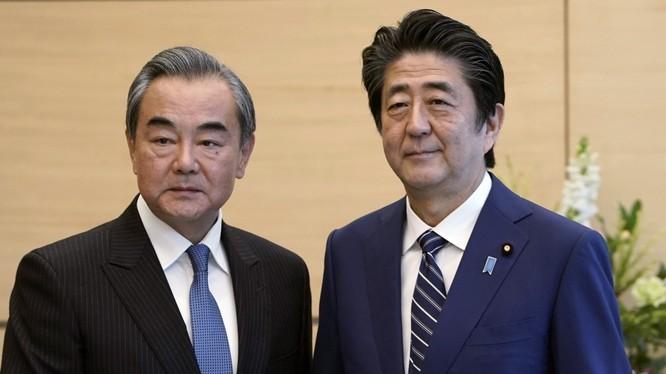 Ngoại trưởng Trung Quốc Vương Nghị (trái) đưa ra phản ứng về kết quả bầu cử Hong Kong sau cuộc họp với Thủ tướng Nhật Shinzo Abe (Ảnh: AP)