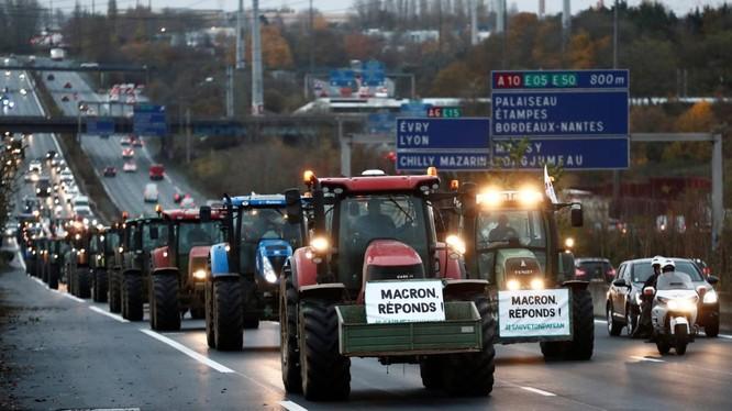 Xe đầu kéo của nông dân xuất hiện trên đường phố thủ đô Pháp (Ảnh: Reuters)