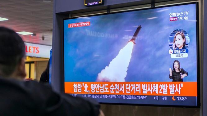 Người dân Hàn Quốc theo dõi một vụ phóng tên lửa của Triều Tiên qua truyền hình (Ảnh: Yonhap)