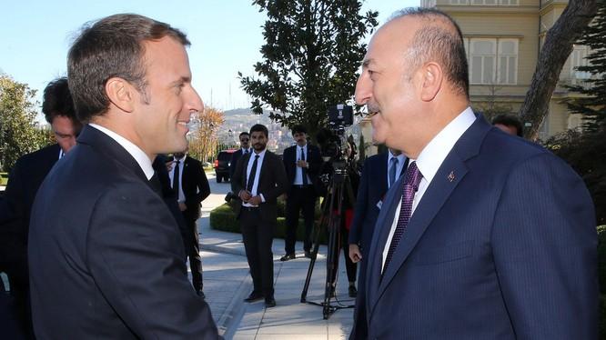 Tổng thống Pháp Emmanuel Macron và Ngoại trưởng Thổ Nhĩ Kỳ Mevlut Cavusoglu (Ảnh: RT)