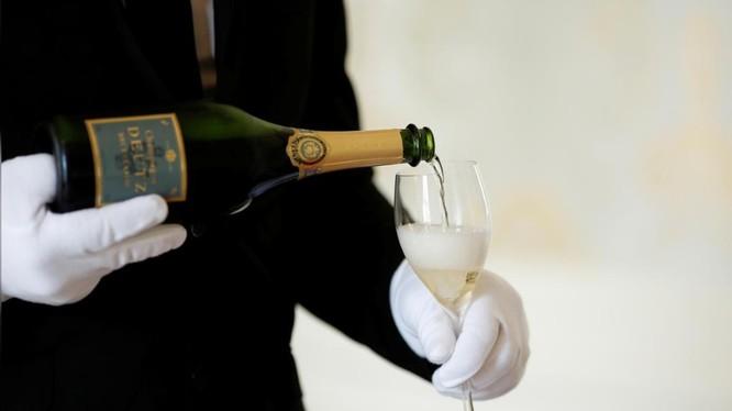 Rượu Champagne của Pháp nằm trong số các mặt hàng sắp bị Mỹ áp thuế 100% (Ảnh: Reuters)