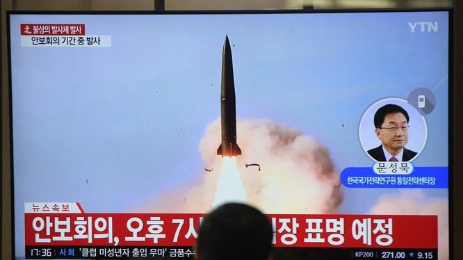 Người dân Hàn Quốc theo dõi một vụ thử tên lửa của Triều Tiên qua truyền hình (Ảnh: Getty)