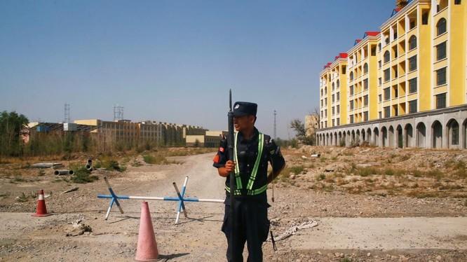 Lực lượng an ninh ở Tân Cương (Ảnh: Reuters)