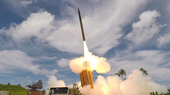 Hệ thống phòng thủ tên lửa THAAD do Mỹ sản xuất được thử nghiệm tại Hàn Quốc hồi năm 2017 (Ảnh: National Interest)
