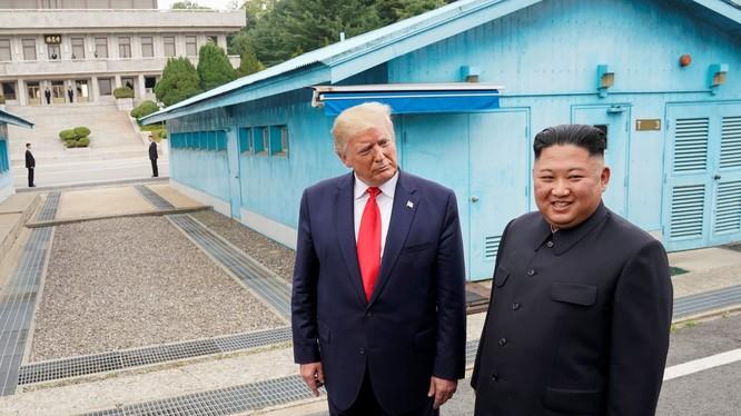 Tổng thống Trump có cuộc gặp với Chủ tịch Kim tại khu phi quân sự (DMZ) ngày 30/6/2019 (Ảnh: CNBC)