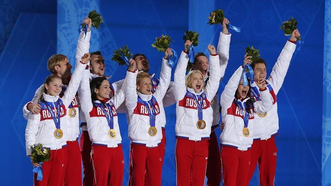 Đội vận động viên trượt băng Nga giành huy chương vàng trong Thế vận hội Sochi năm 2014 (Ảnh: RT)