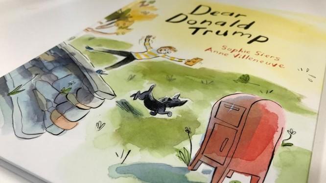 """Cuốn sách """"Dear Donald Trump"""" xuất hiện trong một cuộc phỏng vấn tại văn phòng làm việc của Thủ tướng New Zealand Jacinda Ardern (Ảnh: Reuters)"""