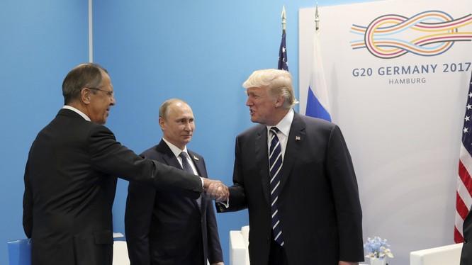 Ngoại trưởng Lavrov bắt tay ông Trump tại Hội nghị thượng đỉnh G20 tổ chức tại Hamburg, Đức vào tháng 7/2017 (Ảnh: RT)