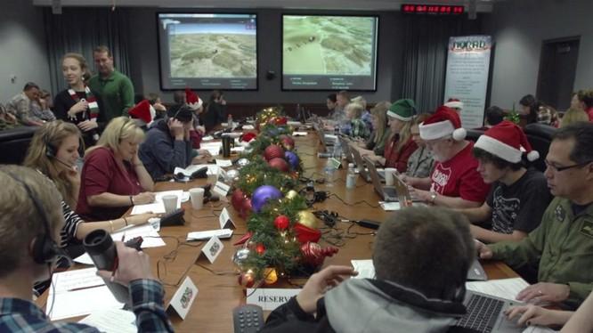 Bên trong bộ phận theo dõi ông già Noel của NORAD (Ảnh: Reuters)