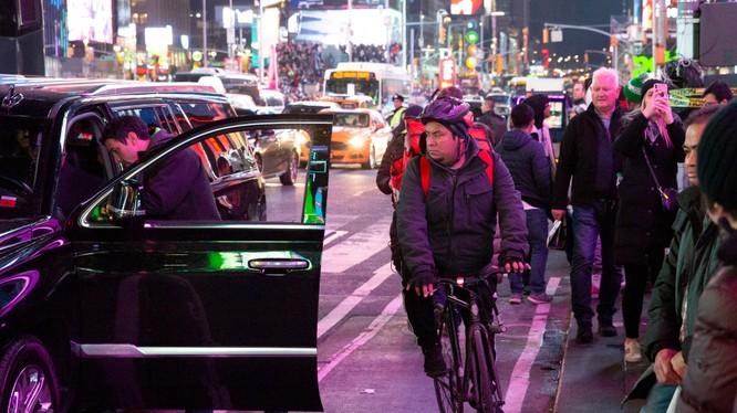 Một người đàn ông đi xe đạp cố gắng luồn lách trên quảng trường Thời Đại, New York (Ảnh: NYPost)