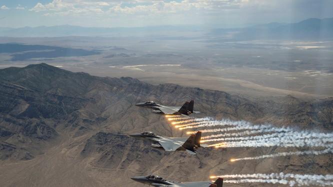Mỹ sử dụng phi cơ chiến đấu F-15 Strike Eagle trong đòn không kích nhằm vào 5 mục tiêu ở Iraq và Syria (Ảnh: NBC)