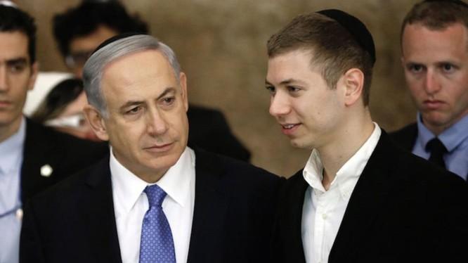 Yair Netanyahu (phải) bên cạnh cha mình là Thủ tướng Benjamin Netanyahu trong kỳ bầu cử năm 2015 (Ảnh: Independent)