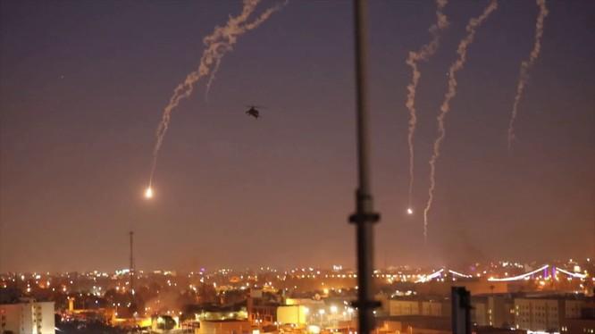 Quân đội Mỹ tại Iraq triển khai máy bay trực thăng Apache để đảm bảo an ninh Đại sứ quán ở Baghdad (Ảnh: Getty)