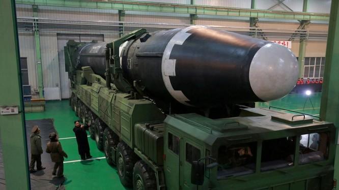 Chủ tịch Triều Tiên Kim Jong-un thị sát một cơ sở chế tạo tên lửa Hwasong-15 (Ảnh: KCNA)