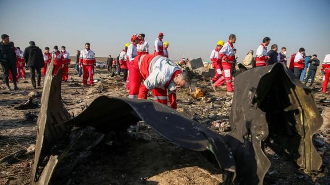 Các nhân viên cơ quan chức năng tại hiện trường vụ máy bay rơi ở Iran (Ảnh: Reuters)