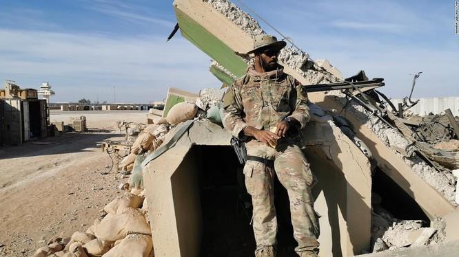 Trung si Ferguson đứng bên ngoài một boongke do Mỹ xây dựng, tương tự như boongke mà ông trú ẩn trong lúc hứng đòn không kích của Iran (Ảnh: CNN)