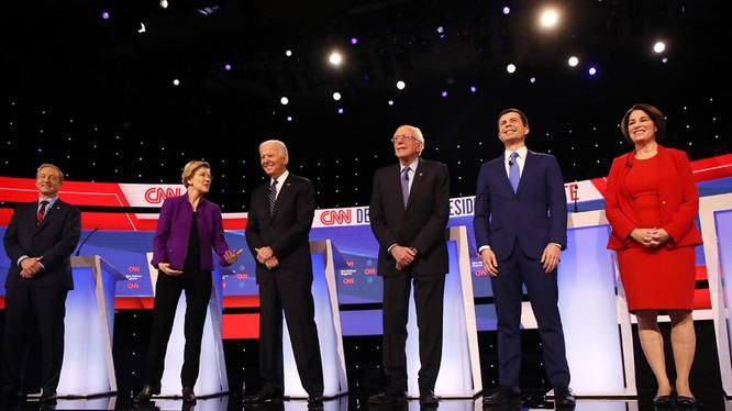 6 ứng viên hàng đầu của đảng Dân chủ trong đêm tranh luận cuối cùng tối ngày 14/1 (Ảnh: Politico)