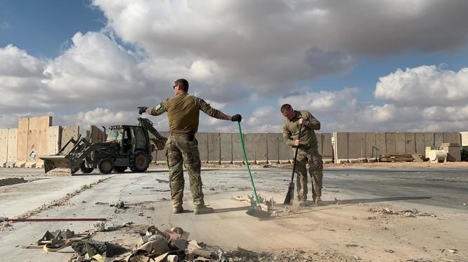 Binh sĩ Mỹ dọn dẹp đống đổ nát tại căn cứ Al-Asad sau khi bị Iran tấn công bằng tên lửa (Ảnh: France24)