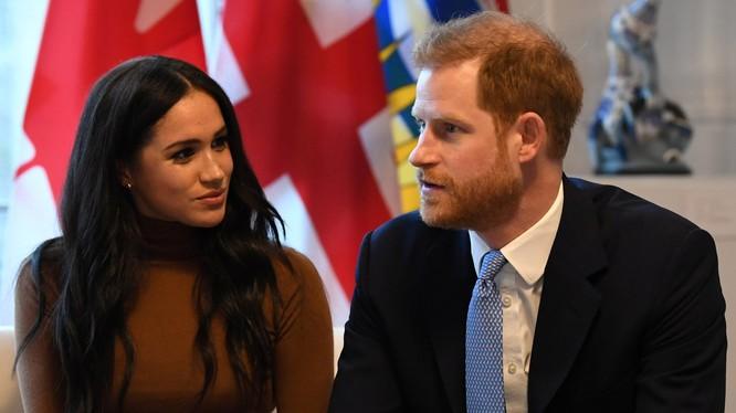 Vợ chồng Hoàng tử Harry trong một chuyến thăm Canada (Ảnh: Guardian)