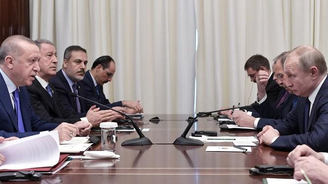 Tổng thống Nga Vladimir Putin và người đồng cấp Thổ Nhĩ Kỳ Recep Tayyip Erdogan gặp gỡ bên lề hội nghị tại Berlin (Ảnh: RT)