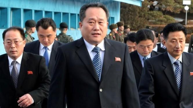 Phái đoàn Triều Tiên do ông Ri Son Gwon dẫn đầu tới tham dự một cuộc họp tại làng Panmunjom ngày 9/1/2018 (Ảnh: Reuters)