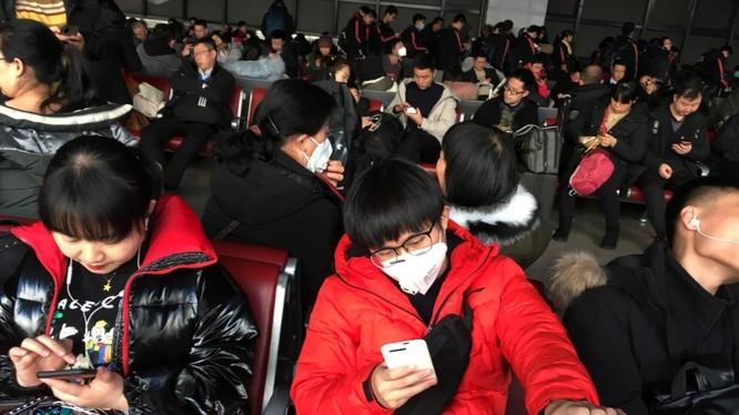 Nhiều hành khách mang khẩu trang khi chờ tàu tại Trạm đường sắt phía Tây để bắt tàu tới Vũ Hán (Ảnh: Reuters)