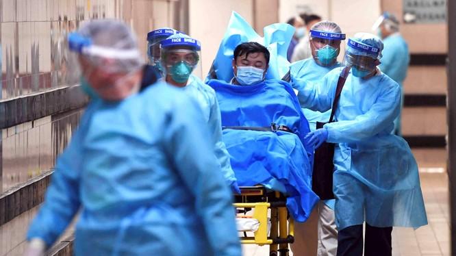Một bệnh nhân được chuyển tới điều trị tại bệnh viện Queen Elizabeth, Hong Kong hôm 25/1 (Ảnh: Nikkei)